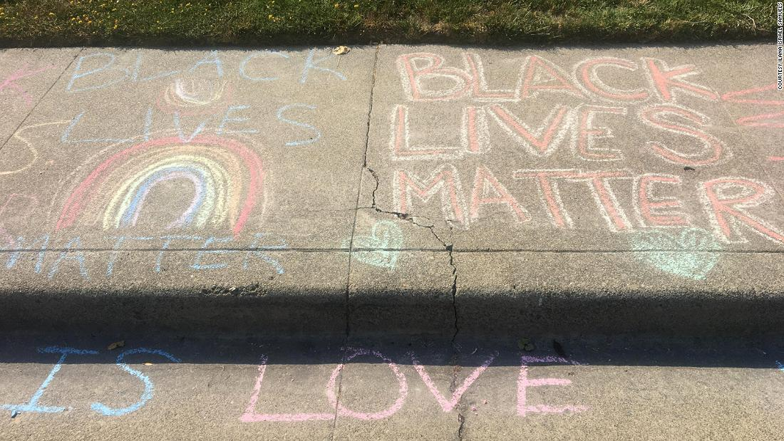 Setelah seorang pria kulit putih berulang kali menghapus gambar kapur 'Black Lives Matter' seorang gadis di depan rumahnya, tetangga turun tangan untuk menunjukkan dukungan.