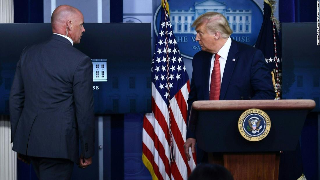Trump sebentar meninggalkan konferensi pers setelah syuting di dekat Gedung Putih