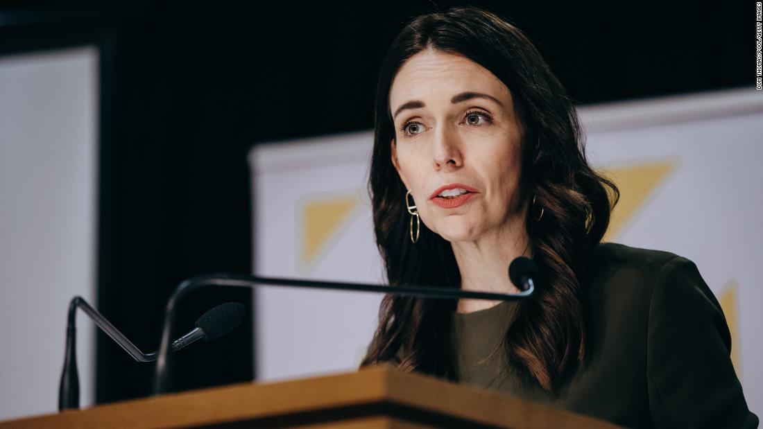 Selandia Baru mengaktifkan kembali pembatasan virus korona setelah kasus pertama yang ditularkan secara lokal dalam 102 hari