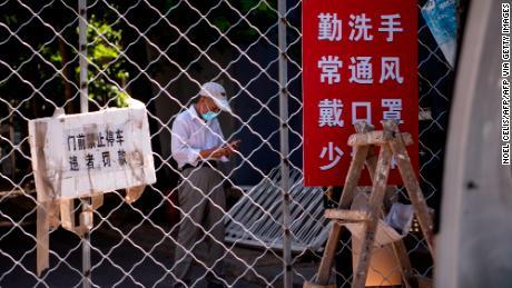 Beijing memberlakukan penguncian lunak di seluruh kota dan memperketat perjalanan keluar saat infeksi virus korona menyebar