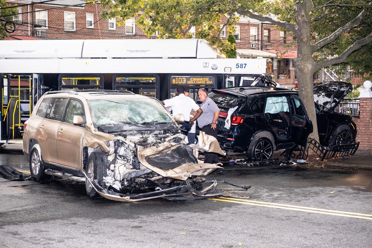 Pengemudi mobil curian yang melarikan diri dari polisi menabrak bus MTA yang diduduki