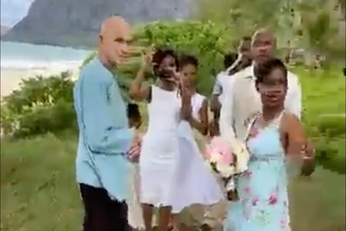 Wanita menyergap pernikahan pantai Hawaii karena peraturan COVID-19