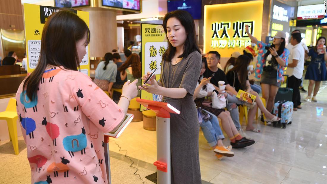 Jaringan restoran di Cina menimbang pengunjung untuk menentukan berapa banyak makanan yang harus mereka makan