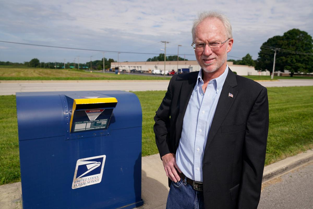 Pekerja pos khawatir tentang pengiriman surat suara tepat waktu
