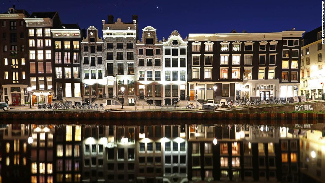 Amsterdam telah runtuh selama bertahun-tahun. Sekarang membayar harganya