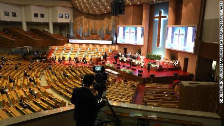 Para jemaah mengambil bagian dalam kebaktian Paskah yang berjarak secara sosial di sebuah gereja di Seoul pada bulan April.