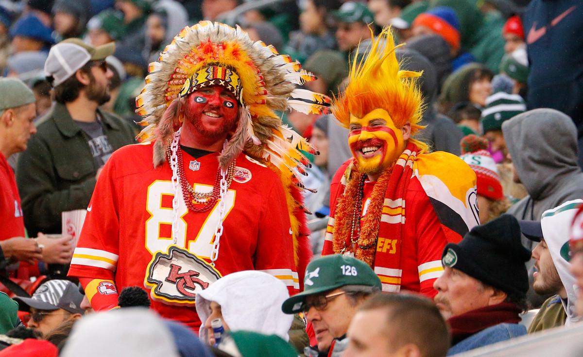 Kepala suku melarang penggemar memakai dari pakaian Indian Amerika, riasan