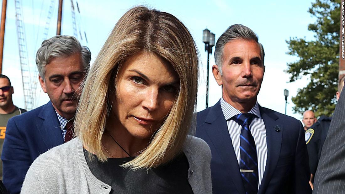 Lori Loughlin dan suaminya, Mossimo Giannulli, akan dijatuhi hukuman Jumat dalam skandal penerimaan perguruan tinggi