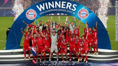 Kapten Bayern Manuel Neuer mengangkat trofi Liga Champions di hadapan timnya.