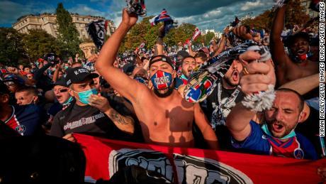 Penggemar PSG bernyanyi di dekat Stadion Parc de Princes saat mereka bersiap untuk menyaksikan pertandingan tim mereka.