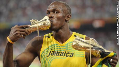 Usain Bolt dari Jamaika mencium sepatunya setelah memenangkan final 100m putra di Stadion Nasional sebagai bagian dari Olimpiade Beijing 2008 pada 16 Agustus 2008.