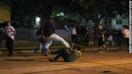 Bentrokan antara pengunjuk rasa dan warga sipil bersenjata pecah selama protes Selasa malam.