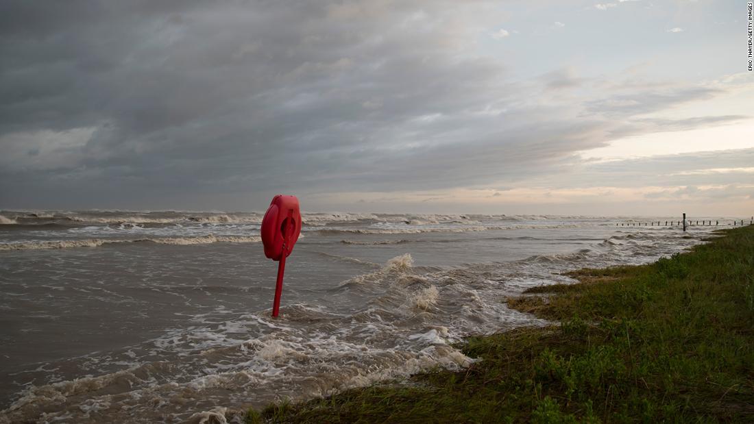 Badai Laura menghantam garis pantai Louisiana dengan intensitas yang belum pernah terjadi di wilayah itu selama lebih dari satu abad
