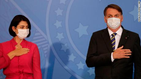 Ibu negara Brazil Michelle Bolsonaro melihat suaminya, Presiden Jair Bolsonaro, di istana presiden di Brasilia, Brasil, Rabu, 29 Juli 2020.