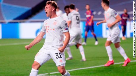Kimmich melakukan selebrasi setelah mencetak gol kelima timnya ke gawang Barcelona.