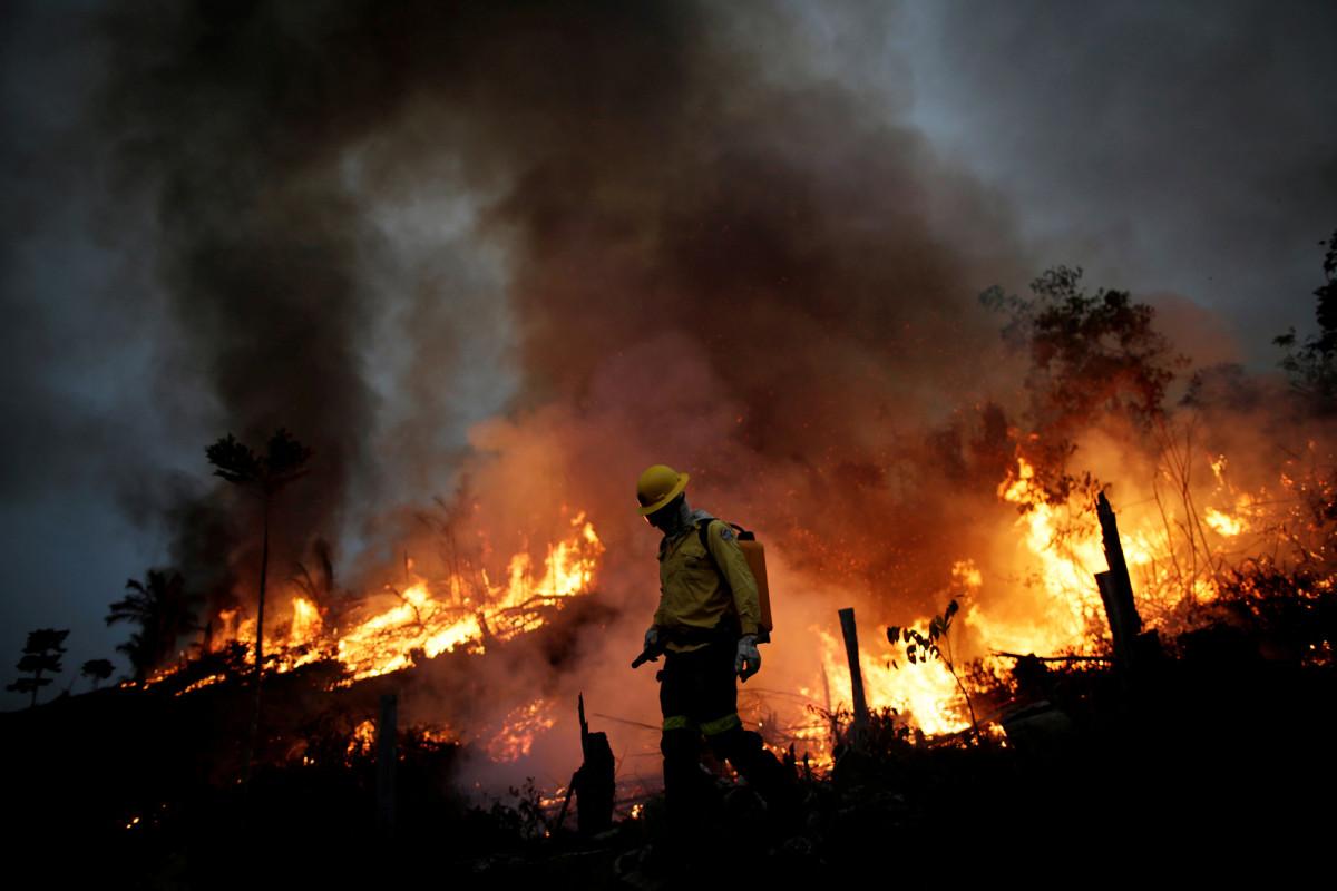 Bolsonaro dari Brasil menyebut lonjakan kebakaran Amazon sebagai 'kebohongan'