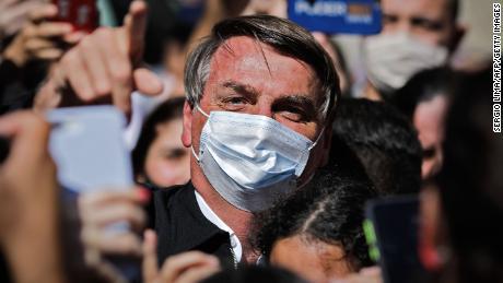 Presiden Brasil Jair Bolsonaro pada hari Minggu mengancam akan memukul mulut seorang reporter setelah ditanya tentang hubungan keluarganya dengan skema dugaan korupsi.