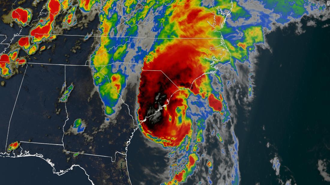 Isaias membuat pendaratan di Carolina sebagai badai dan diperkirakan akan bergerak lebih jauh ke Pantai Timur