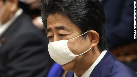 Perdana Menteri Jepang Shinzo Abe mengenakan masker di tengah kekhawatiran penyebaran virus corona berbicara selama sesi komite anggaran di majelis rendah parlemen di Tokyo pada 10 Juni 2020.