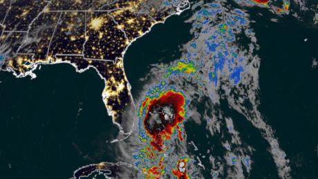 Florida merasakan hujan dan angin pertama dari Tropical Storm Isaias
