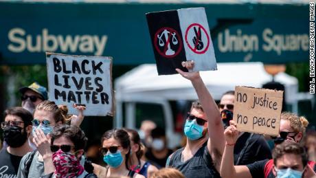 Para pengunjuk rasa menduduki Union Square di New York City pada 06 Juni 2020.
