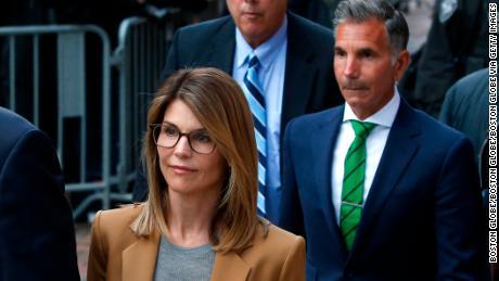 Jaksa meminta Lori Loughlin mendapatkan 2 bulan penjara dan Mossimo Giannulli mendapatkan 5 bulan