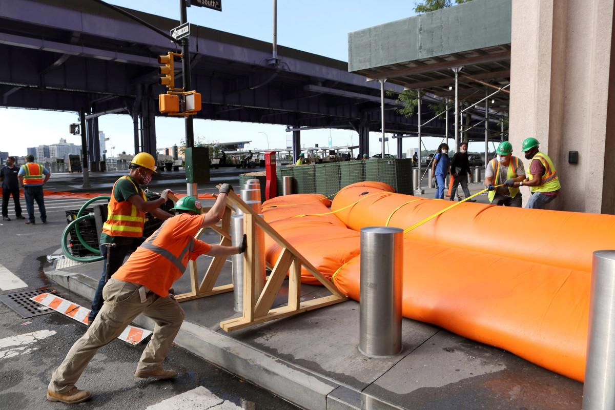 NYC membuat rintangan banjir di Manhattan di depan Tropical Storm Isaias