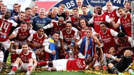 Pemain Arsenal merayakan kemenangan final Piala FA.