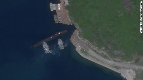 Citra satelit 18 Agustus 2020, tampaknya menunjukkan kapal selam China menggunakan pangkalan bawah tanah di Pulau Hainan di Laut China Selatan.