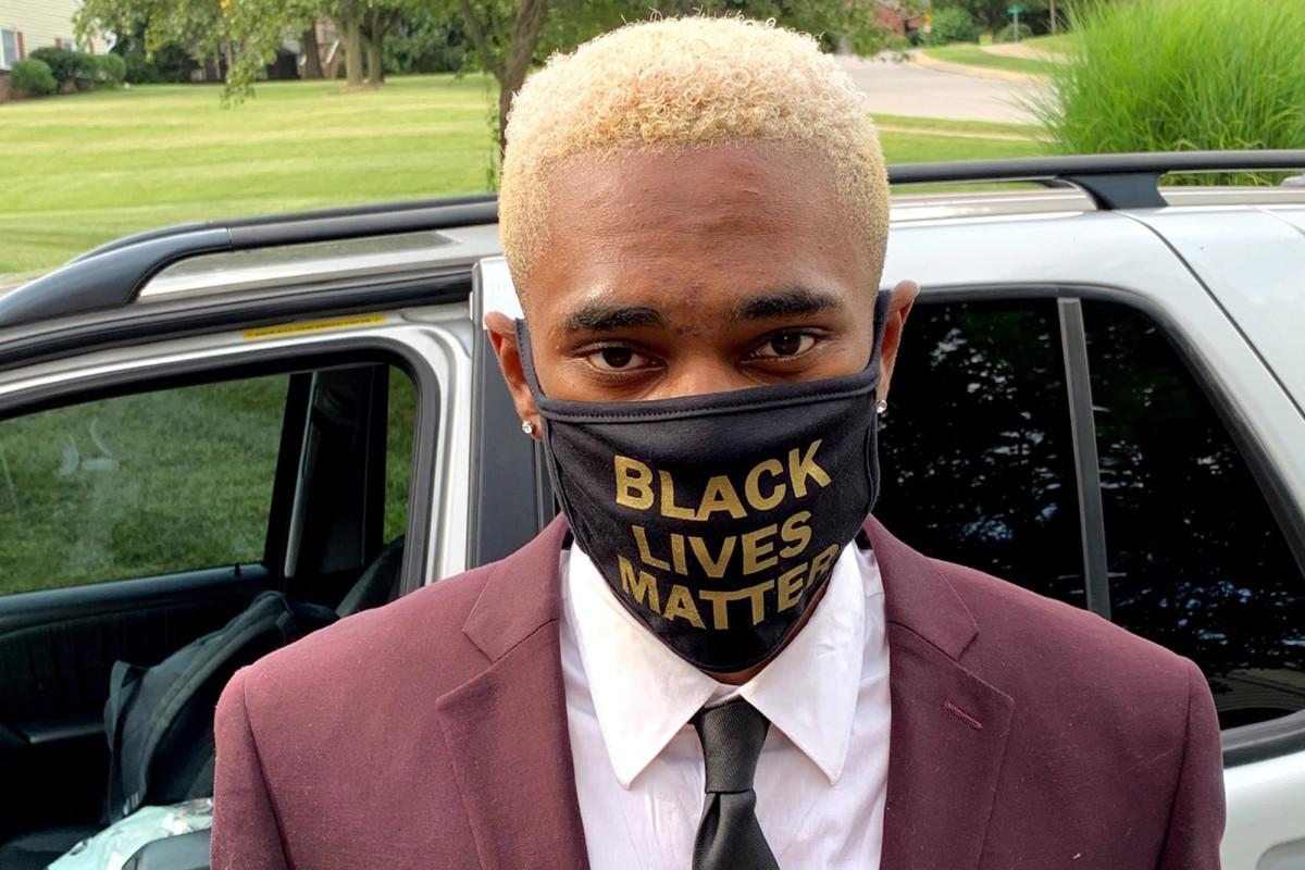 Remaja dipaksa melepas topeng Black Lives Matter saat kelulusan