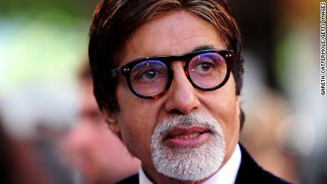 Bintang Bollywood Amitabh Bachchan keluar dari rumah sakit setelah pulih dari virus corona