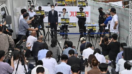 Seorang pengacara dari Gereja Sarang-jeil mengadakan konferensi pers di Seoul pada 17 Agustus 2020.