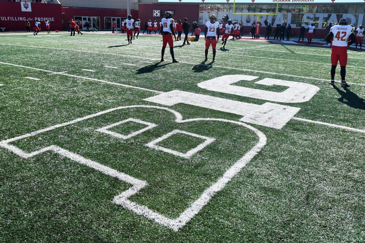 Sepuluh Besar membatalkan olahraga musim gugur di hit sepak bola perguruan tinggi terbesar